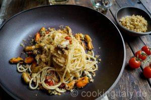 Cooking Italy Food Blog - Spaghetti cozze e mollica – Spaghetti mit Muscheln und geröstetem Brot